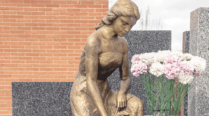 Cementerio Fuencarral estatua y flores - Servicios funerarios EMSFCM Madrid
