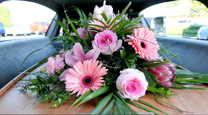 Inhumación flores coche - Servicios funerarios EMSFCM Madrid